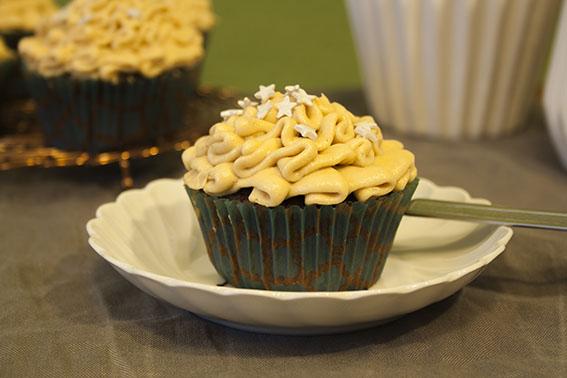 Schoko-Cupcake_Erdnuss-Frosting_Teller