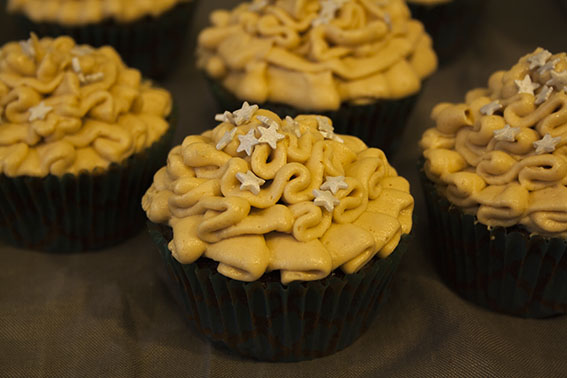 Schoko-Cupcakes_Erdnuss-Frosting_von_oben